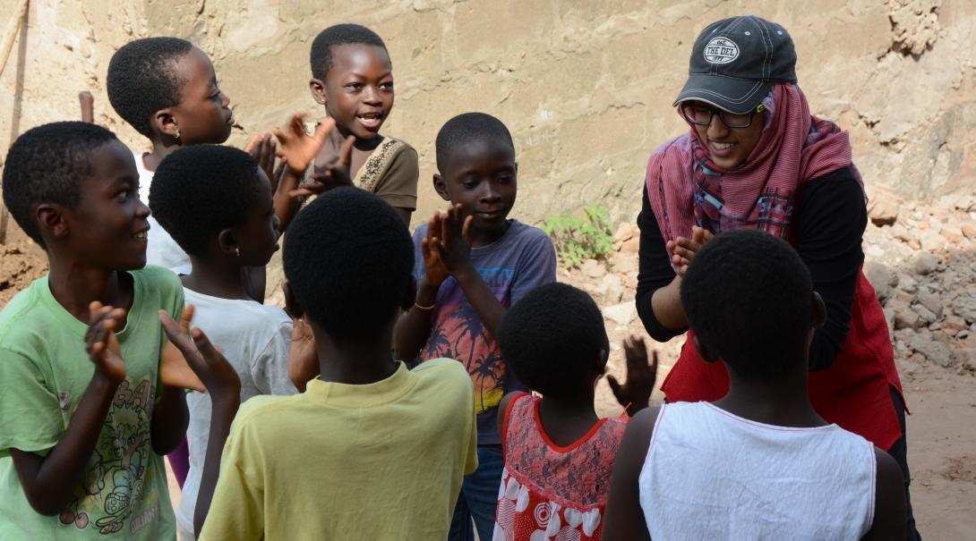 Interno de Trabajo Social jugando con unos niños.